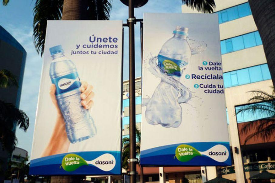 Publicidad en banderines en plaza del sol (gye)
